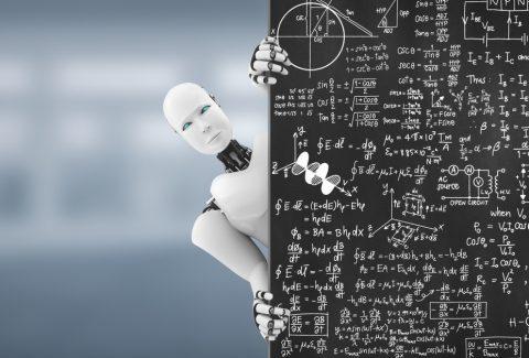 Imagen de androide corriendo una pizarra de contenido matemático