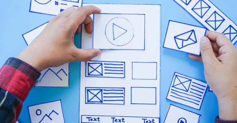 Persona diseñando para aprendizaje en multimedia