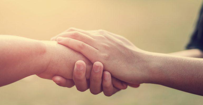 Dos manos estrechándose cálidamente
